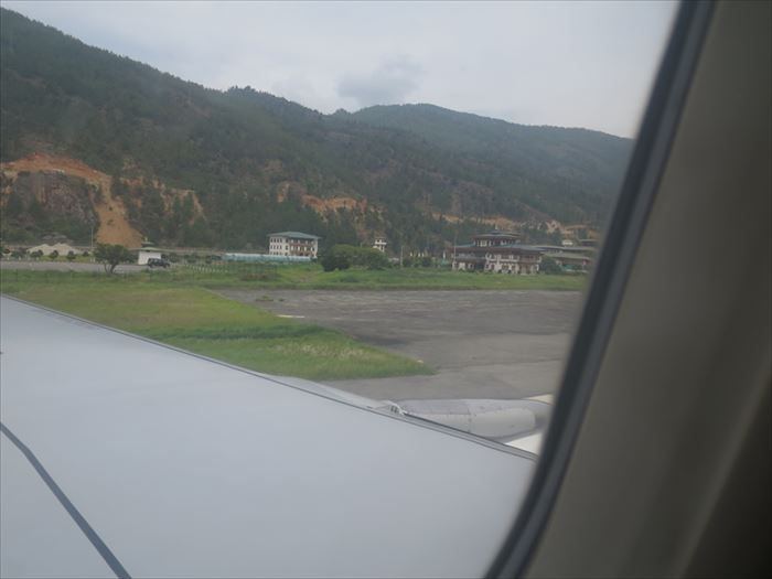 パロ空港に着陸