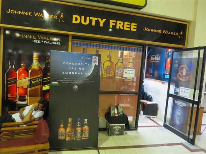 パロ空港のウイスキーショップ
