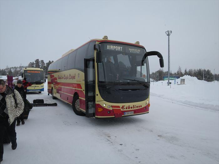 リエコンリンナからサーリセルカの空港へ向かうバス