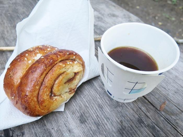 シナモンロールとコーヒー