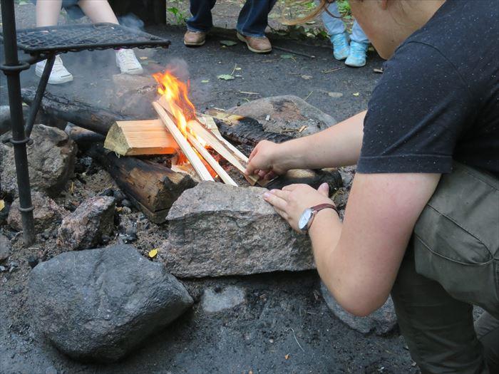 森の中で火をおこす
