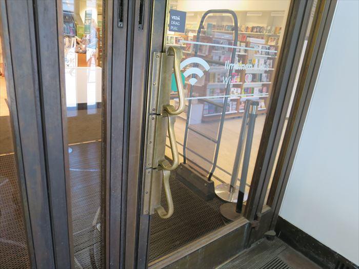 アカデミア書店のドア