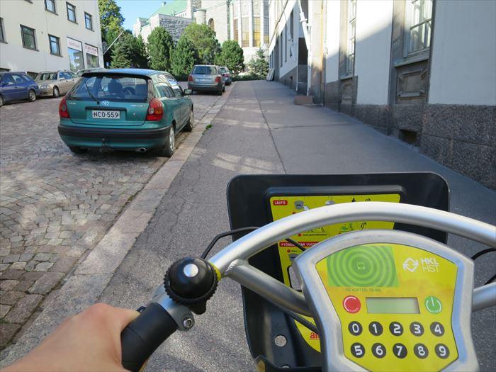 シティバイクで長い坂道を進む