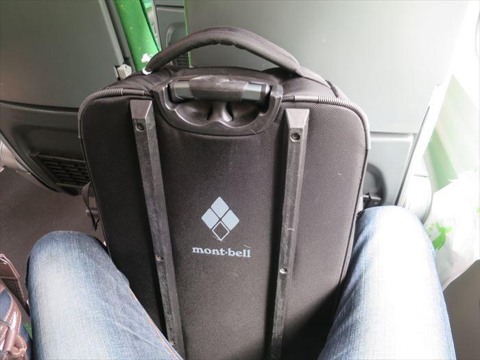足で挟んで荷物を運ぶ