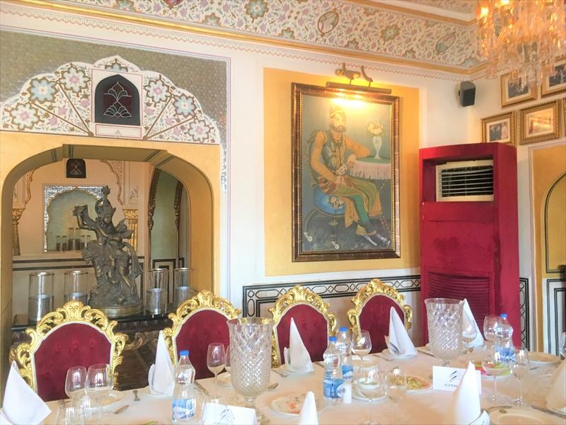 ジャイプール「アンベール城」の城砦レストランは豪華な装飾が施されています!!!