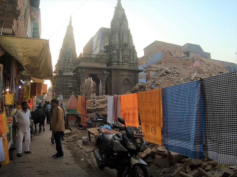 バラナシの旧市街を歩いていると洗濯物がありました。人々が生活している様子が分かります。