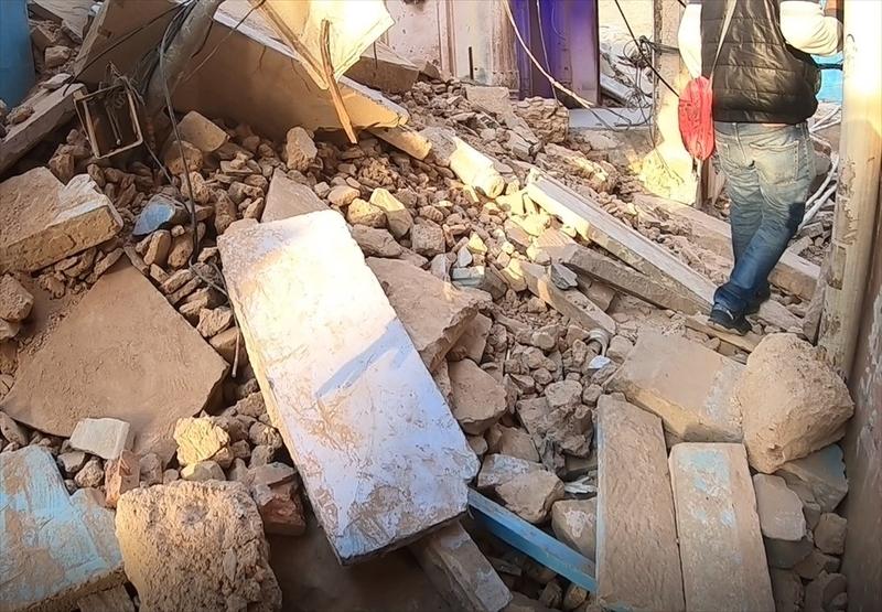 バラナシ(ベナレス)の旧市街は区画整理が進められており、瓦礫の山で道が埋もれている場合もあります。ガートの路地裏を散策するときは歩きやすい靴で向かいましょう。