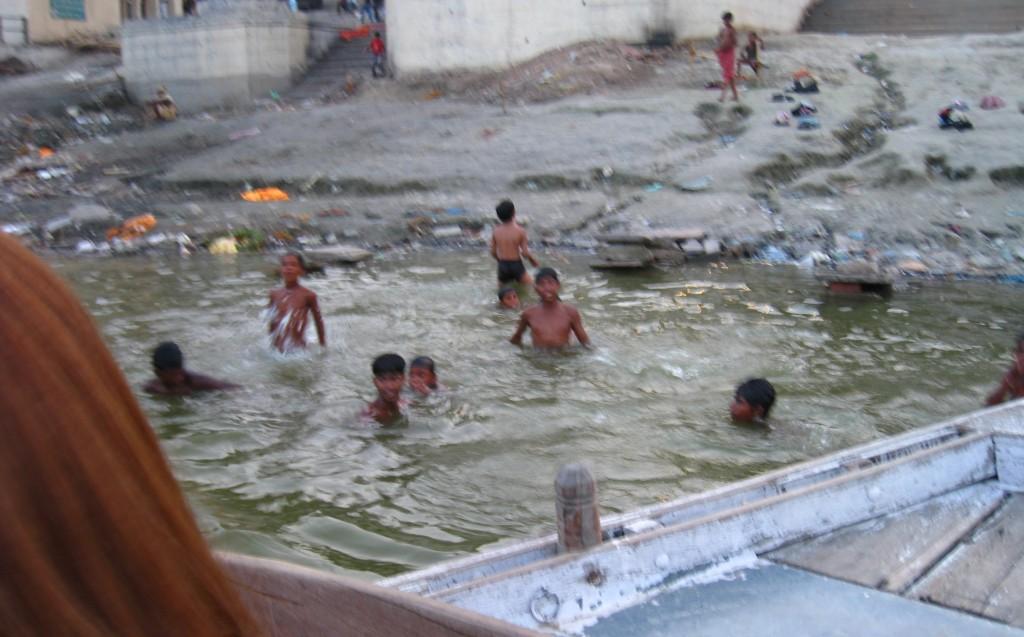 ガンジス河で泳ぐ子供たち