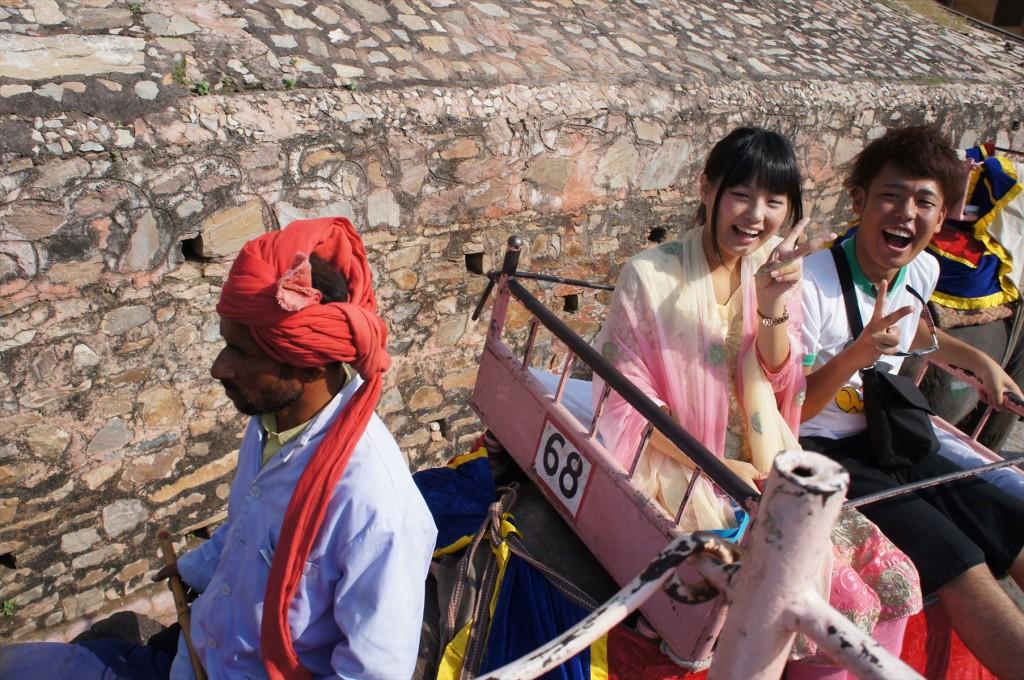 思わず笑顔になる象のタクシー