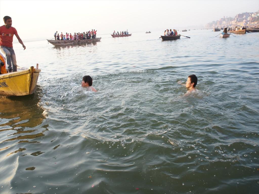 ガンジス川で泳ぐ