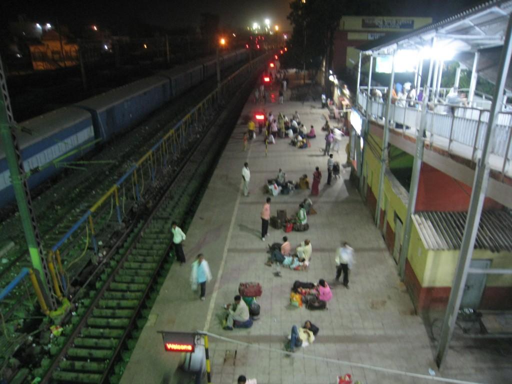 バラナシの駅のホーム