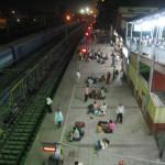 夜行列車の駅のホーム