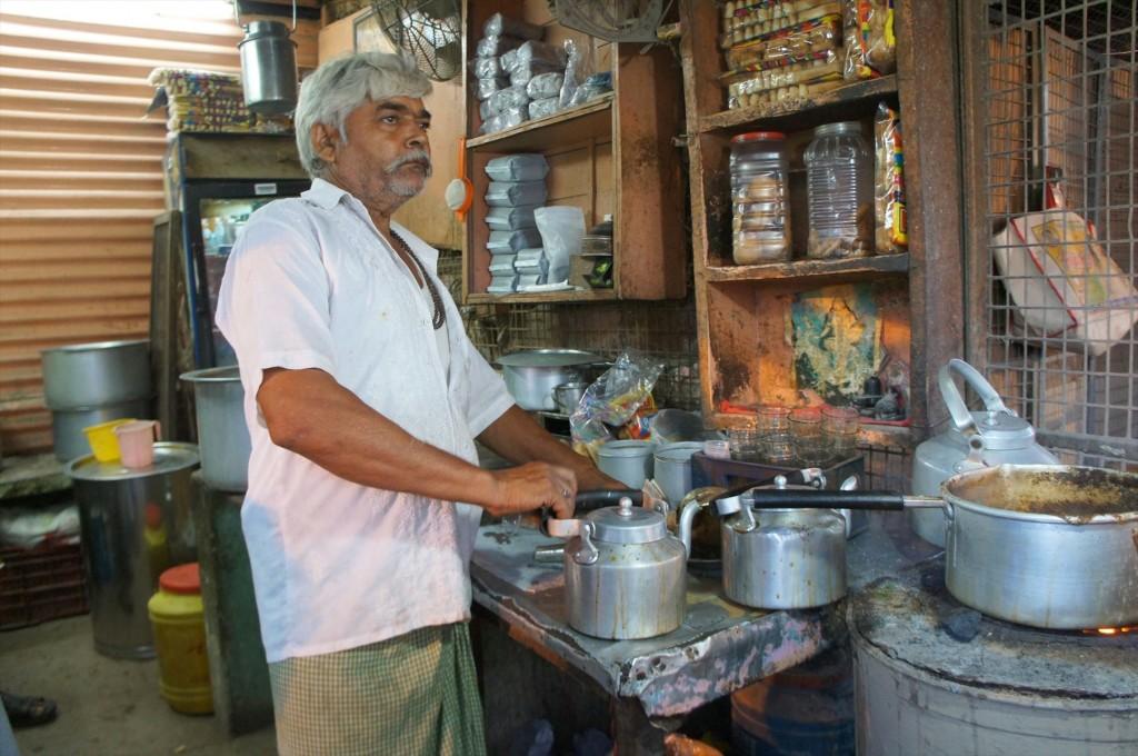 チャイをつくるインドのおじさん