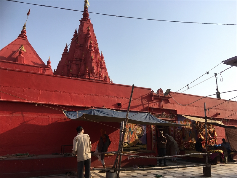 一面真っ赤!!!なドゥルガー寺院(Durga Temple).一面に塗られた鮮やかな赤い色が参拝者のみならず観光客も惹きつけます。
