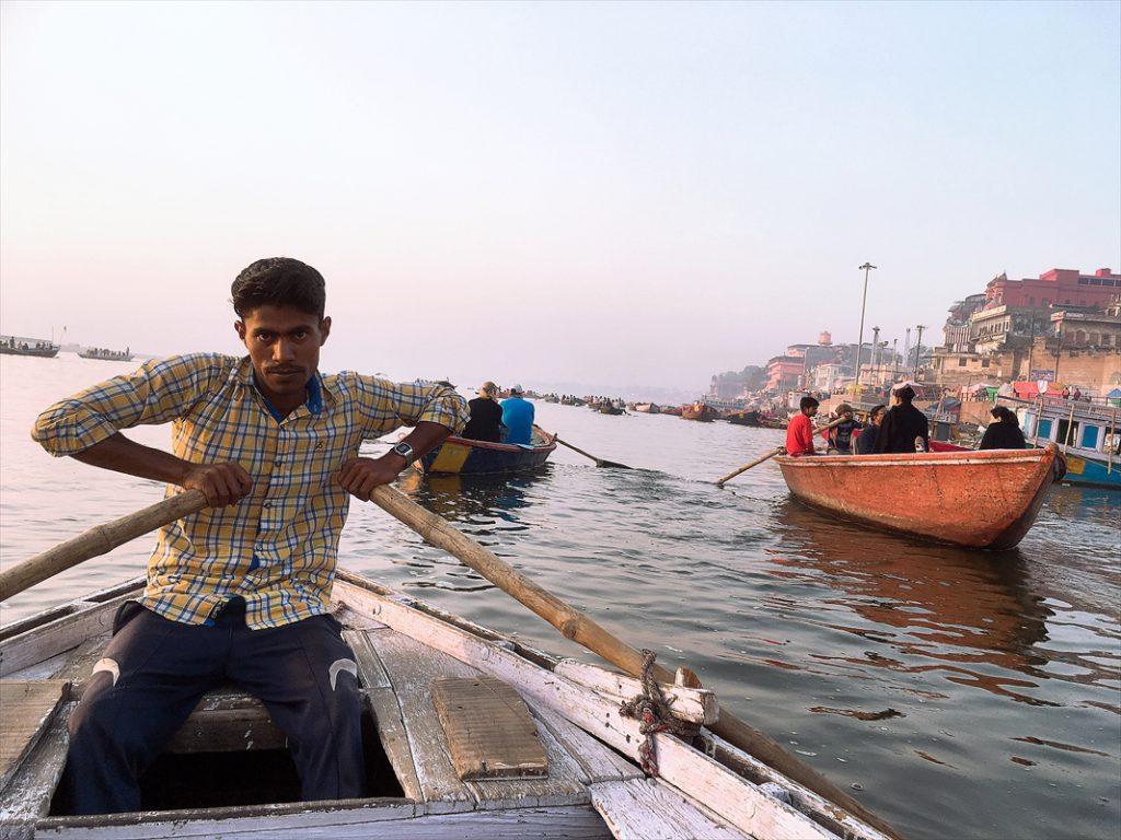 インド・バラナシ(ベナレス)のガンジス川ボートライドで舟漕ぎを頑張ってくれたお兄さん