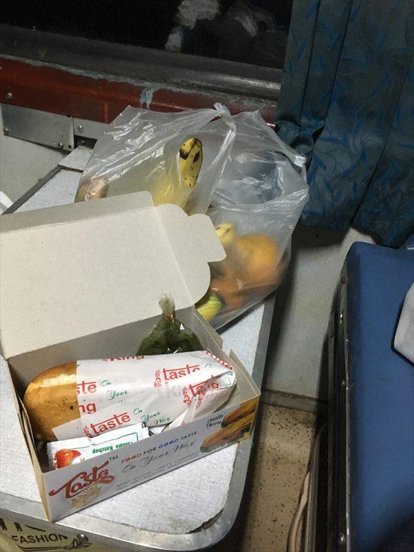 寝台列車では夕食は出ないので、事前に購入しておいたお弁当を食べました。