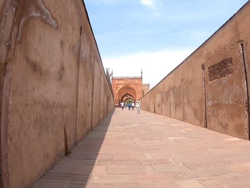 アマル・スィン門からジャハンギール宮殿へと続く道