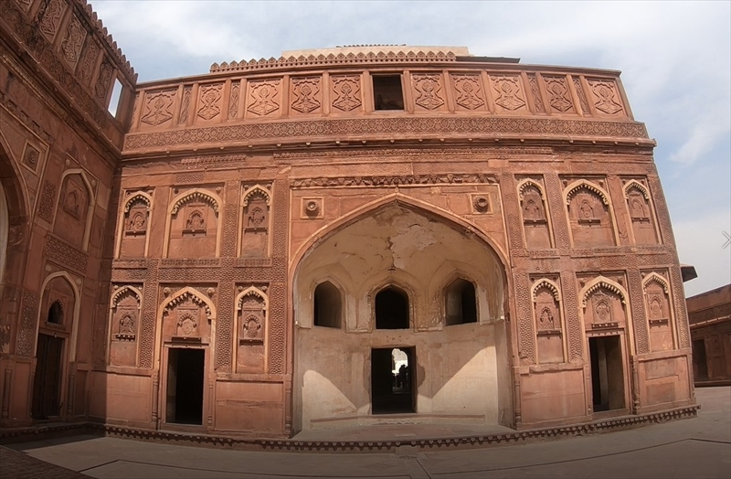 ジャハーンギルマハルの建物には美しい彫刻が施されています。