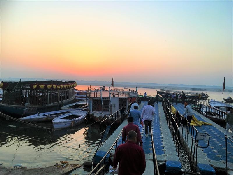 ガンジス川のボート乗り場。いくつかの小舟が停泊している。日の出時間の空の色が綺麗✨