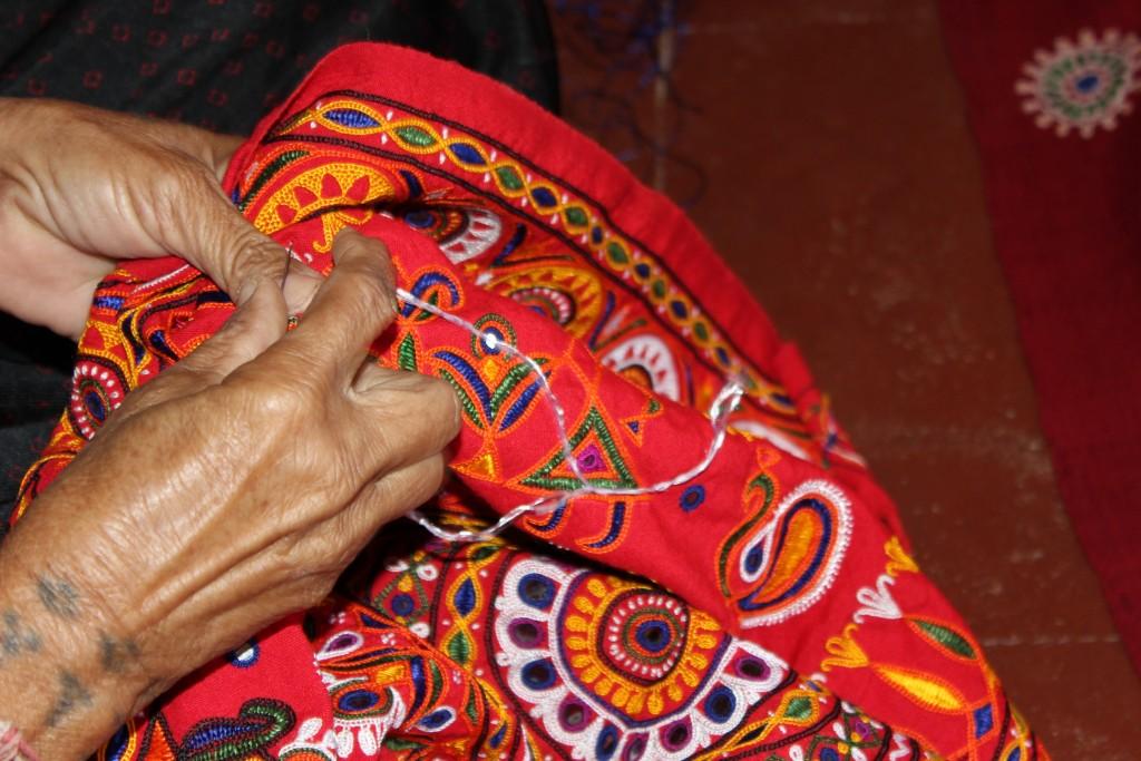 カッチ地方 ダネティ村 ラクシュミー邸 刺繍中の手元