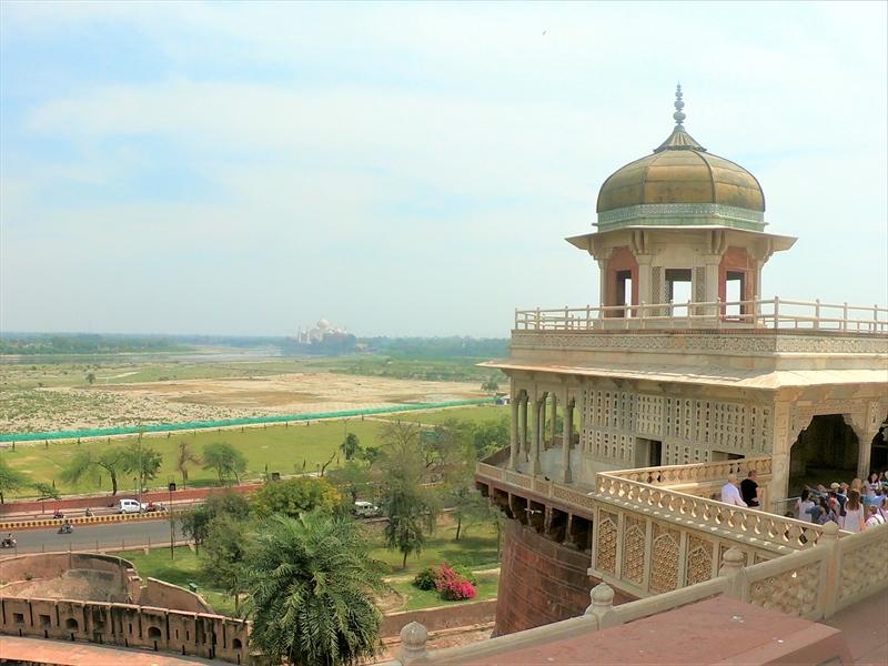 囚われの塔「ムサマンブルジュ」。タージマハルを建てたのちシャー・ジャハーンはここに息子によって幽閉されました。