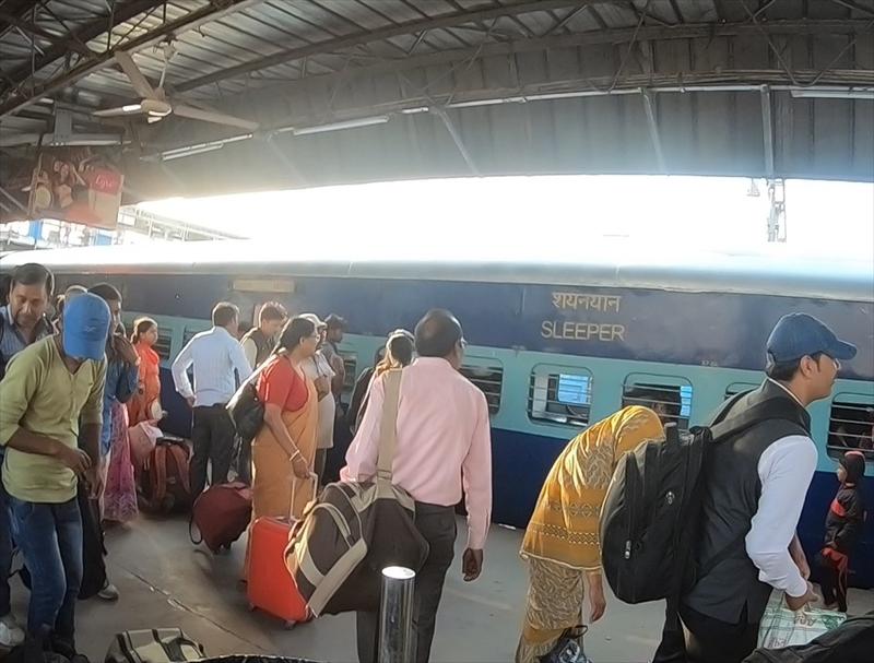 バラナシ駅で列車が到着した際にはホームで待っている人たちが一斉にホームを移動します。