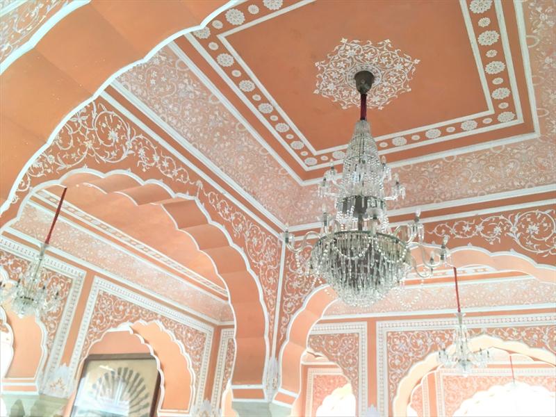 ジャイプールにあるシティパレスもピンク色の建物が心をときめかせます