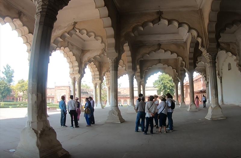一般謁見の間「ディワーニ・アーム」アーチ型の柱が美しく、シャー・ジャハーンもデザイン性の高さが伺えます。