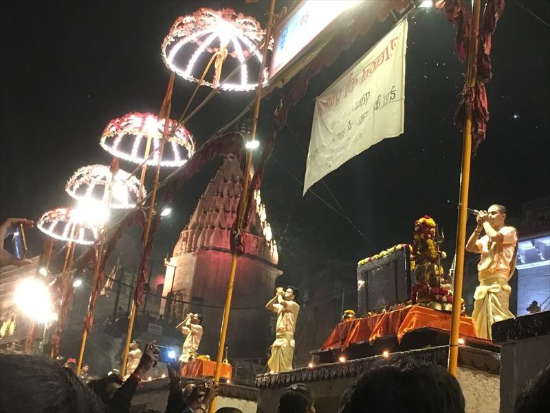 インド・バラナシで毎夜行われるヒンドゥー教徒の礼拝儀式「アールティ/プージャ」