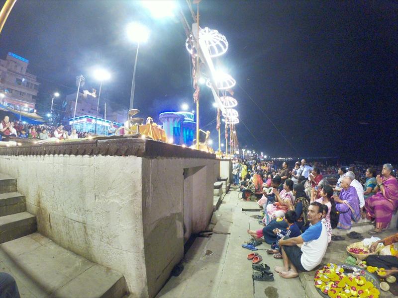 ヒンドゥー教徒の礼拝儀式「プージャ/アールティ」に参加する為、日没頃に続々と人々が集まってきました。完全に日が暮れたころには現地の人や観光客でごった返していました。