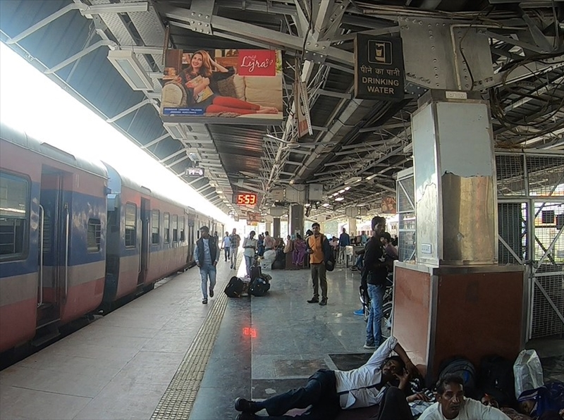 バラナシ駅のホームでは多くのインド人が列車を待っています。ベンチがいくつかあり、他にも水飲み場コンセントもあるので、携帯の充電をしながら過ごす人もいました。