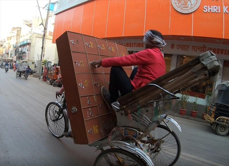 リキシャー大国インドでは時にびっくりするくらいの運転技術を持った超人を見かけることができます。リキシャーに乗りながら棚を運ぶスゴ技に思わず脱帽です。