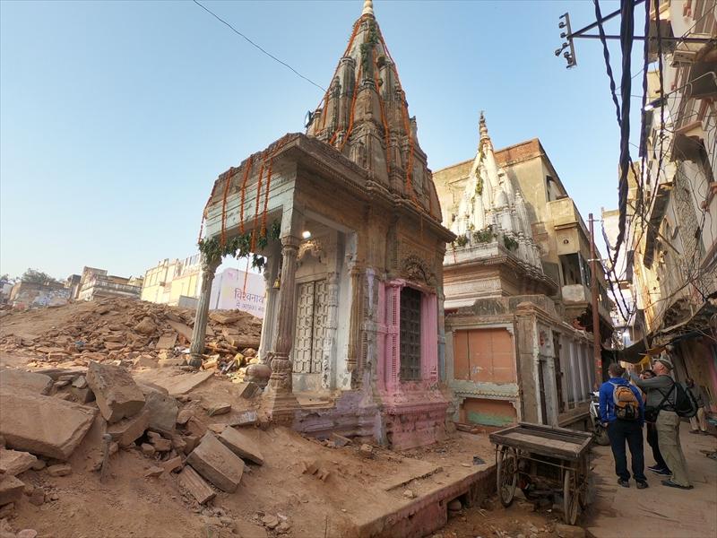 インド・バラナシ(ベナレス)の旧市街で進む区画整理によって瓦礫がたくさんある中、一際目を引くピンク色の神殿がありました。
