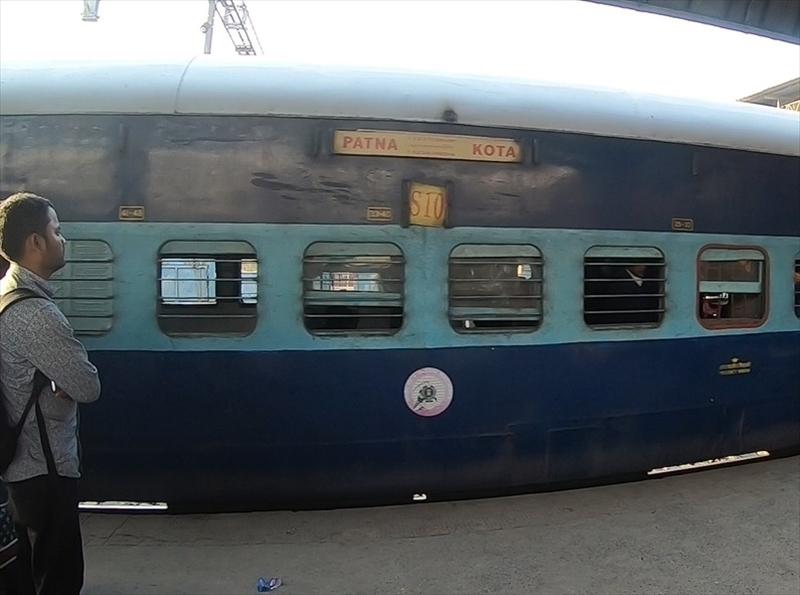 バラナシからアグラへ向かう列車が到着。インドでは列車の遅延は日常茶飯事ですが、来ないと不安になります。