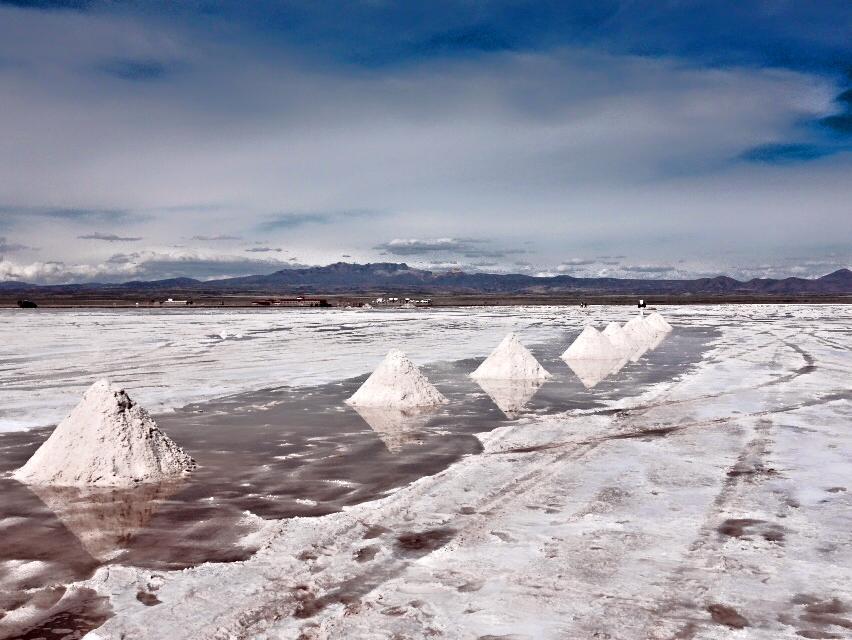 ウユニ塩原の塩づくり