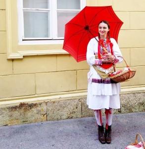 民族衣装の女性と記念写真