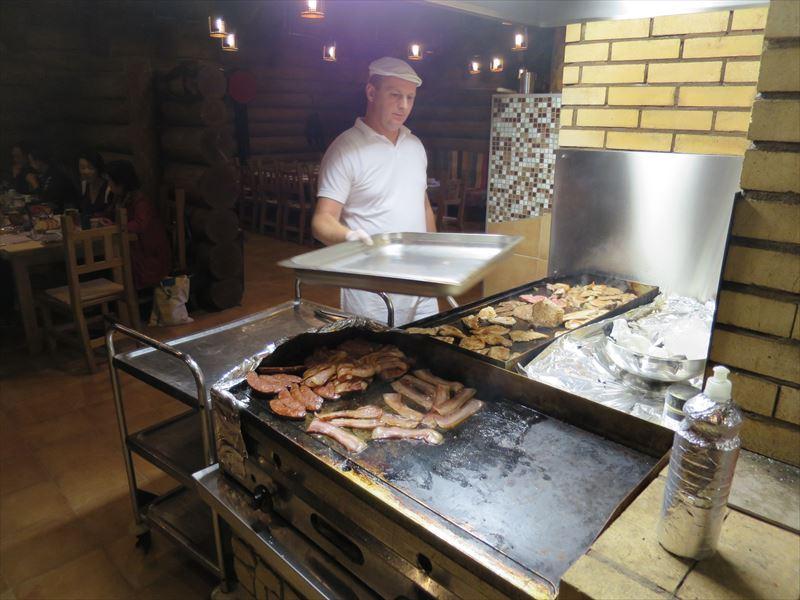 肉を焼くシェフ