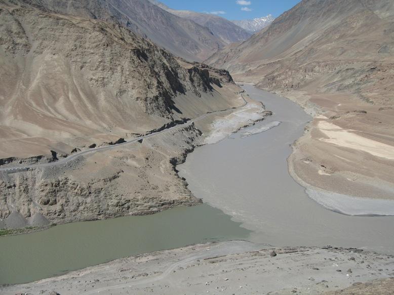 インダス川(左)とザンスカール川(右)の合流点