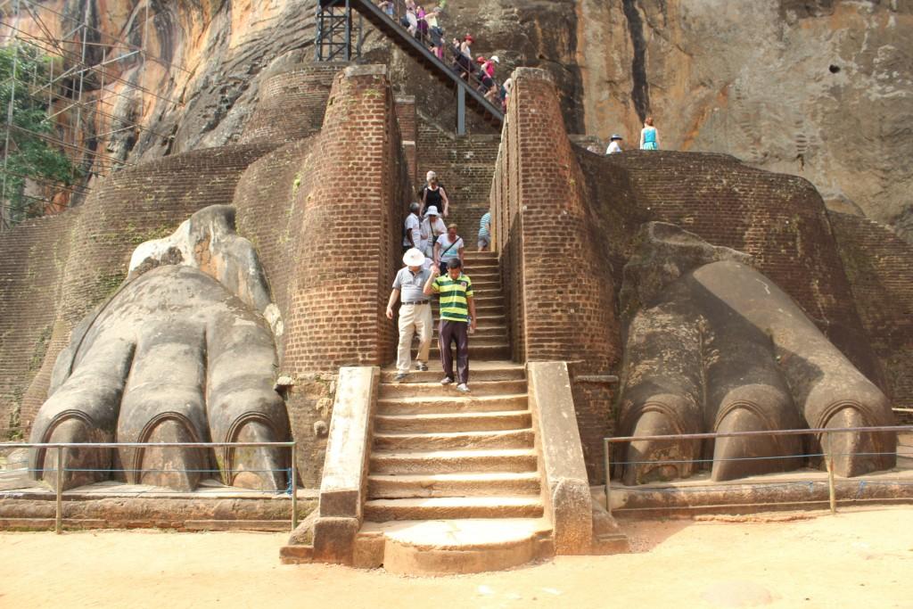 シギリヤ・ロックはライオンの両足の間の階段から登る