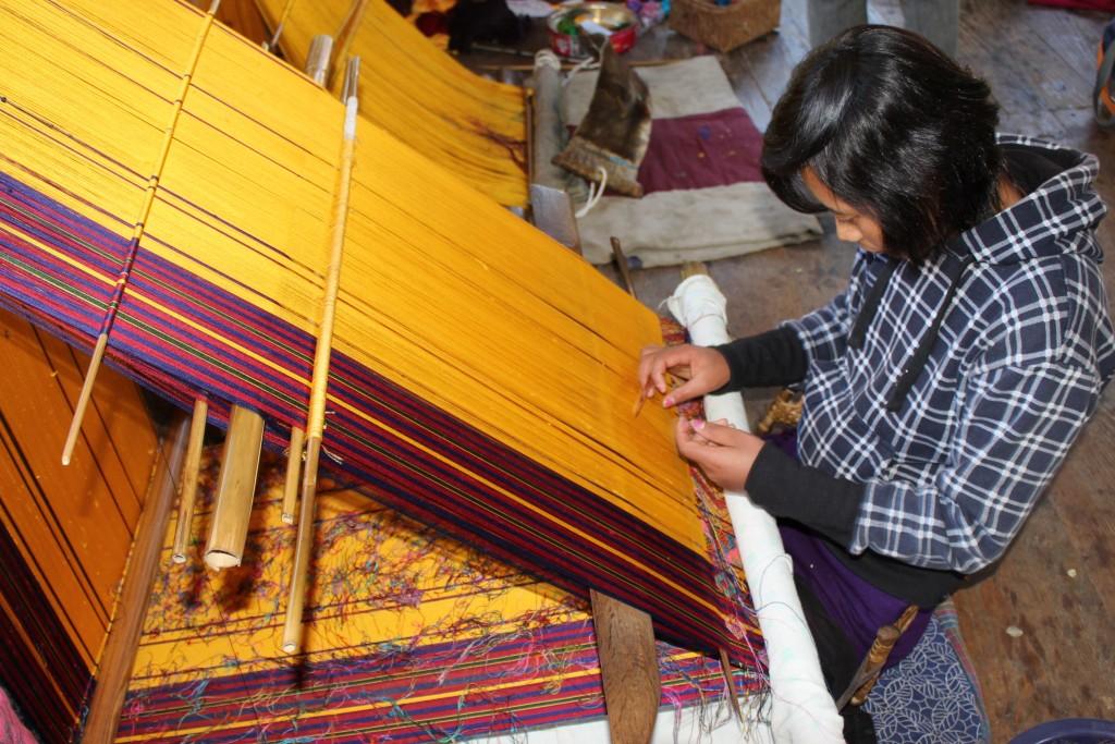 コマ村の織物風景