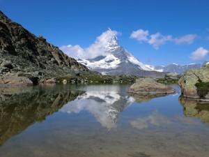ハイキング中に見られる逆さマッターホルン