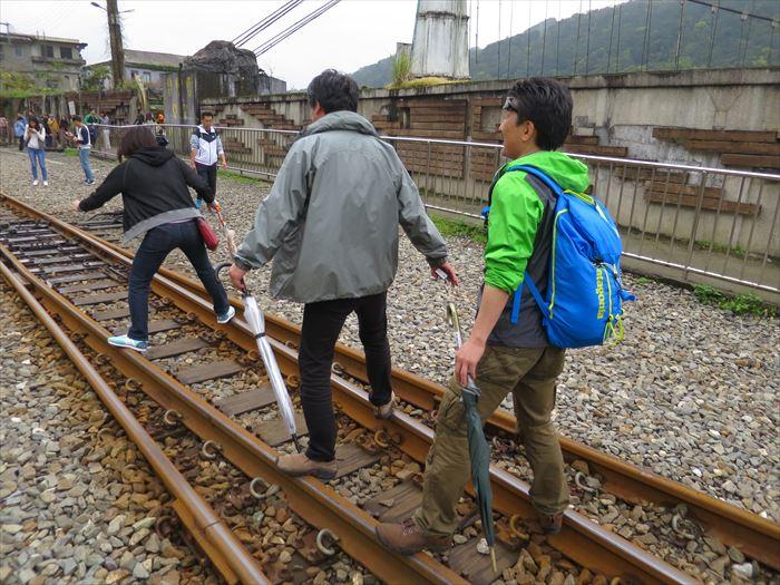 線路の上を歩く人たち