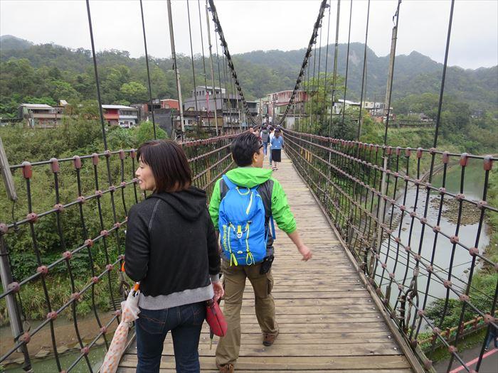 揺れるつり橋を歩く
