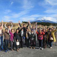 富士山の前で集合写真