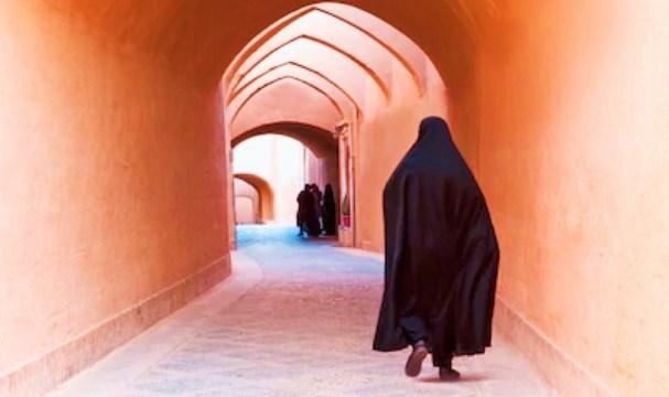 イランの町並みとチャドル(アバヤ)の女性