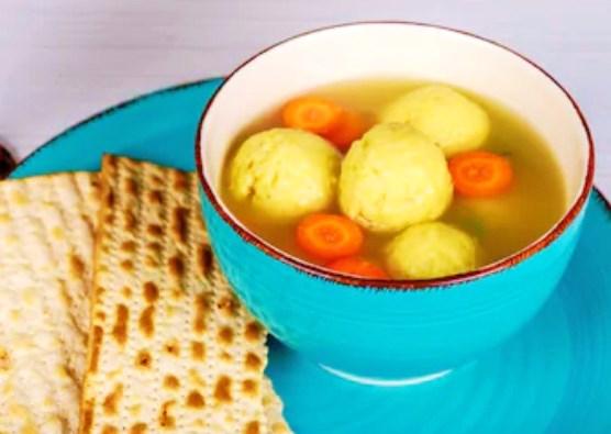 ユダヤ料理のマッツォボールスープ