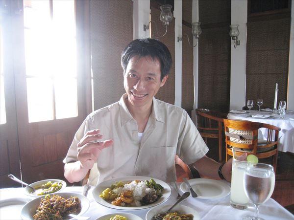 スリランカカレーを手で食べる