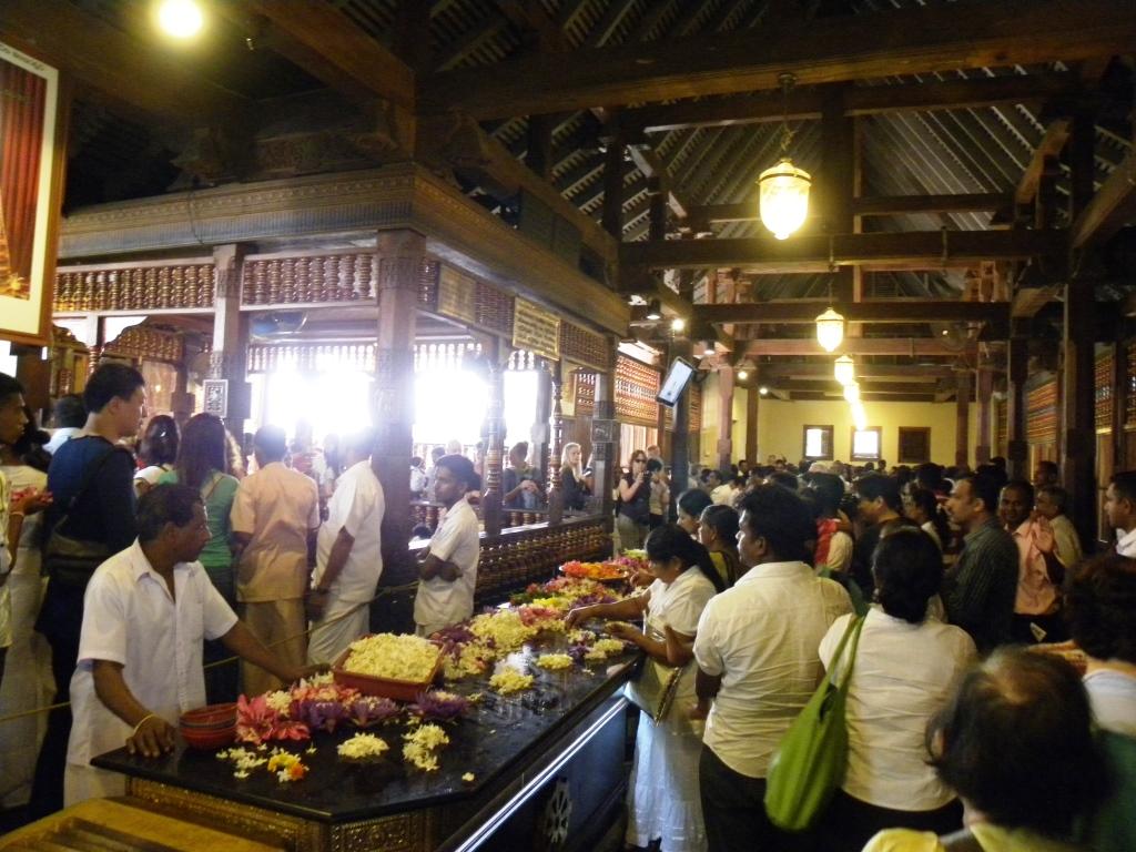 仏歯寺の中