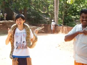 スリランカでヘビ体験!