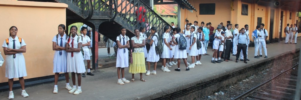 駅で見かけた学生たち